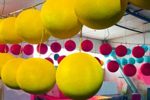 Елочные игрушки из пенопластовых шаров