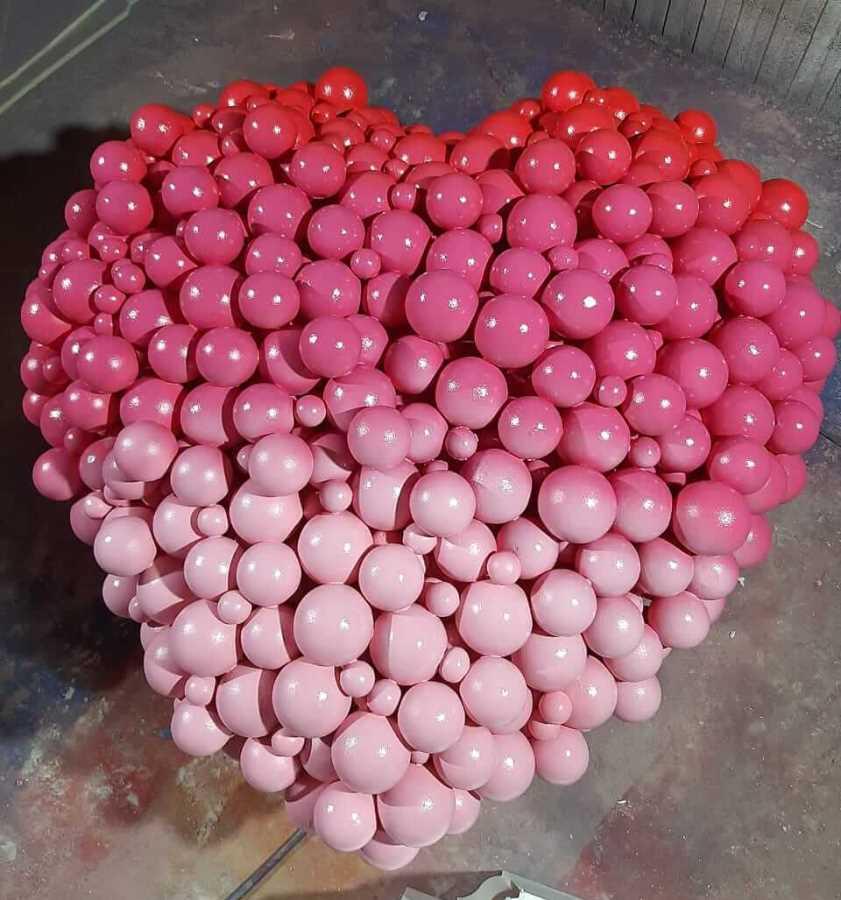 Розовое сердце из пенопластовых шаров