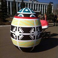 Яйцо с росписью черно-желтое