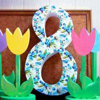 8 марта с разноцветными тюльпанами