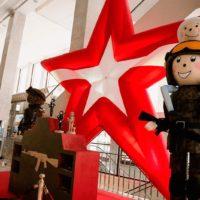 Золотая звезда и ростовые фигуры солдат из пенопласта