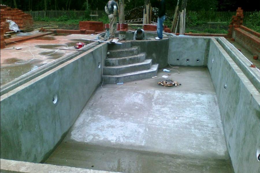 Бассейн из бетона в процессе строительства