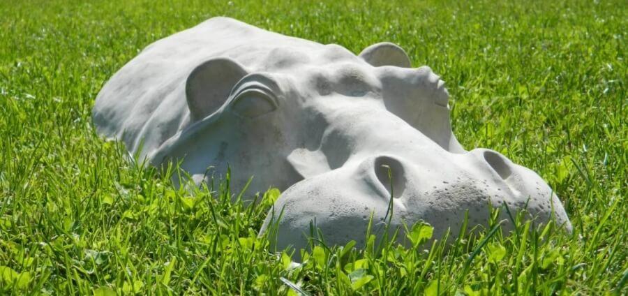 Изделия из бетона. Бегемот в траве