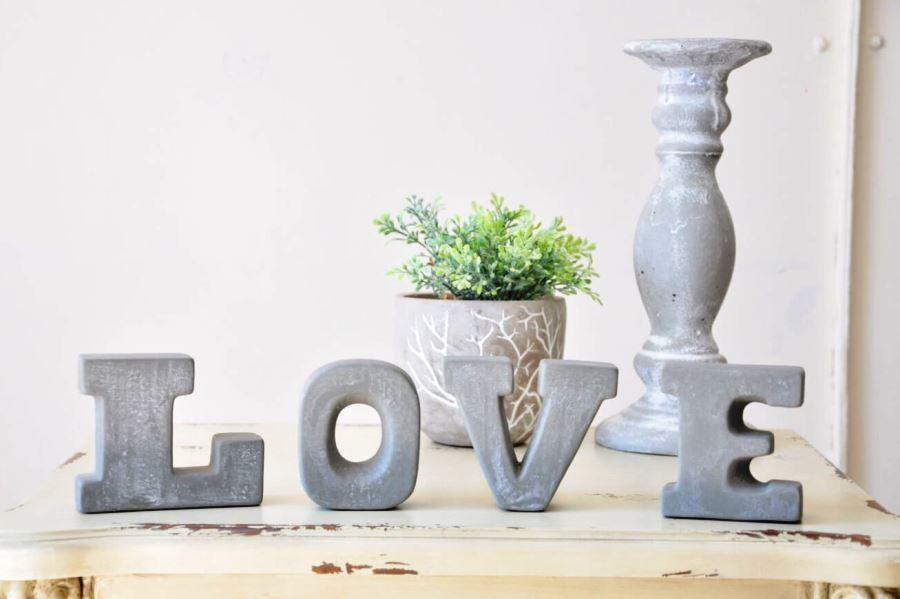Буквы LOVE из бетона