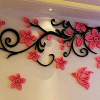 Цветы из пенопласта на стене