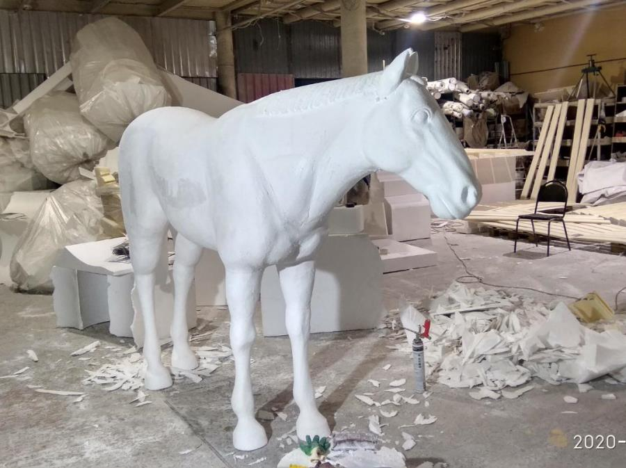 Лошадь из пенопласта большая