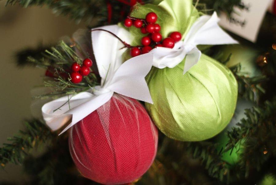 Декоративные пенопластовые шары на новогодней елке