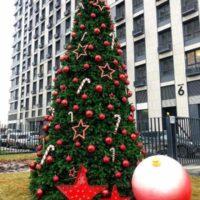 Новогодняя елка с шарами из пенопласта