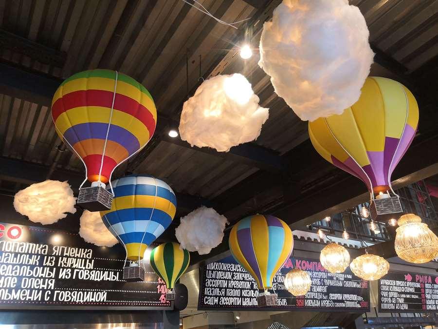 Воздушные шары из пенопласта в оформлении торгового центра