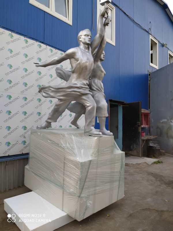 Парковые скульптуры из пенопласта. Рабочий и колхозница