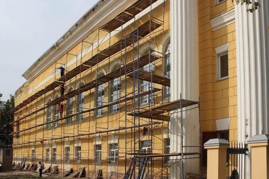 Фасад здания в строительных лесах