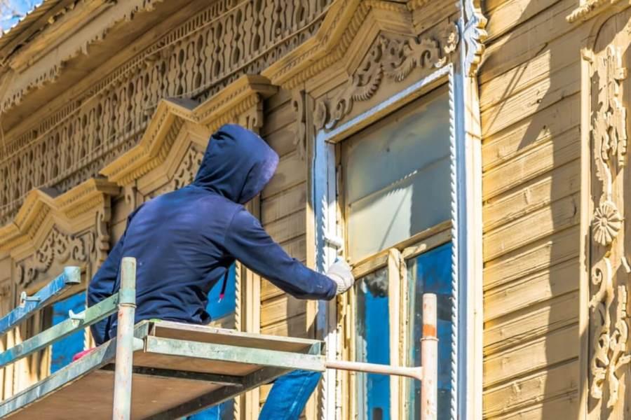 Покраска наружных наличников на фасаде