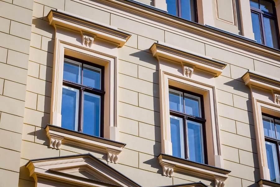 Реконструированные окна на фасаде