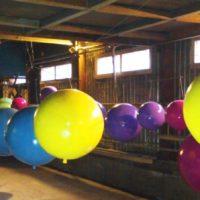 Разноцветные большие пенопластовые шары