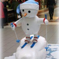 Снеговик из пенопласта на лыжах