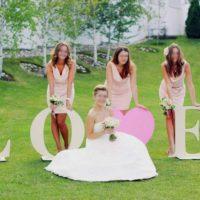 Невеста и подружки с буквами LOVE из пенопласта