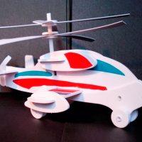 Вертолет белый с красно-зелеными вставками