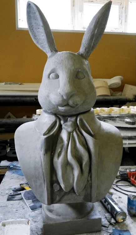 Заяц из пенопласта с галстуком
