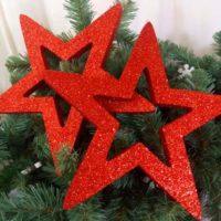 Красные звезды из пенопласта на елке